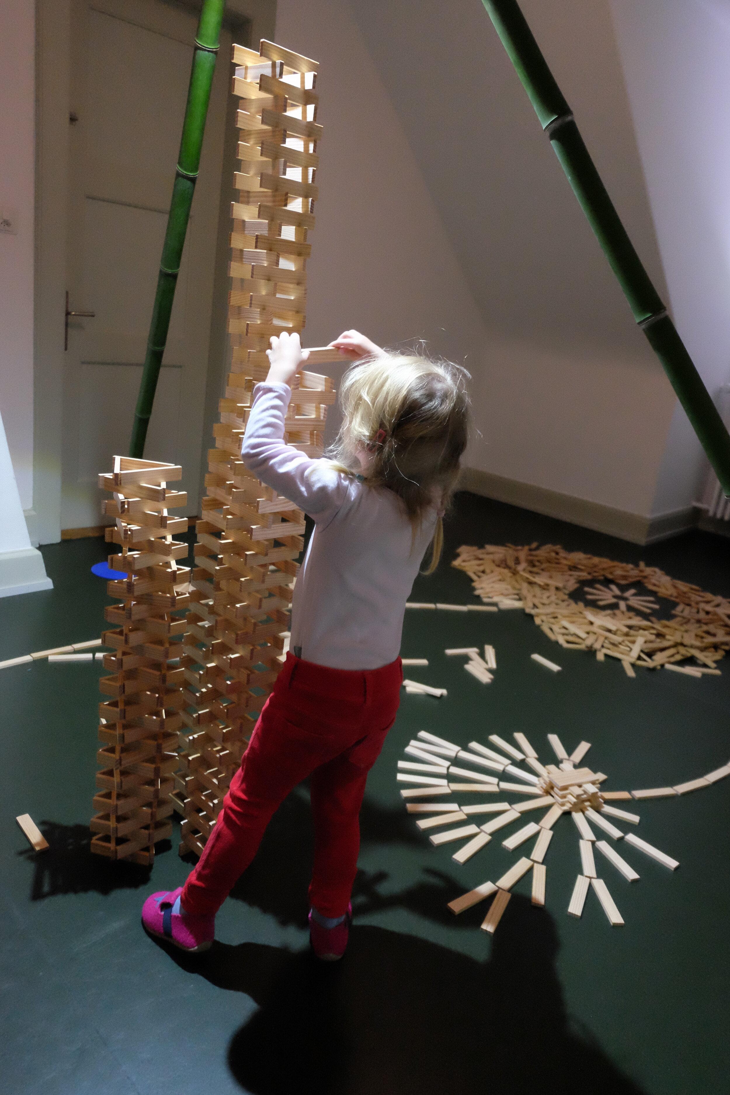Amelie Turm bauen.JPG