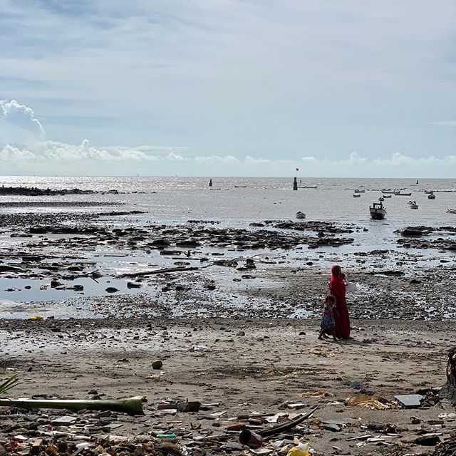 Sea & Shore • • • #mumbai #india #streetsofmumbai #streetphotography #mumbaiseaface #streetsofindia #travelphotography #photography #iphonephotography