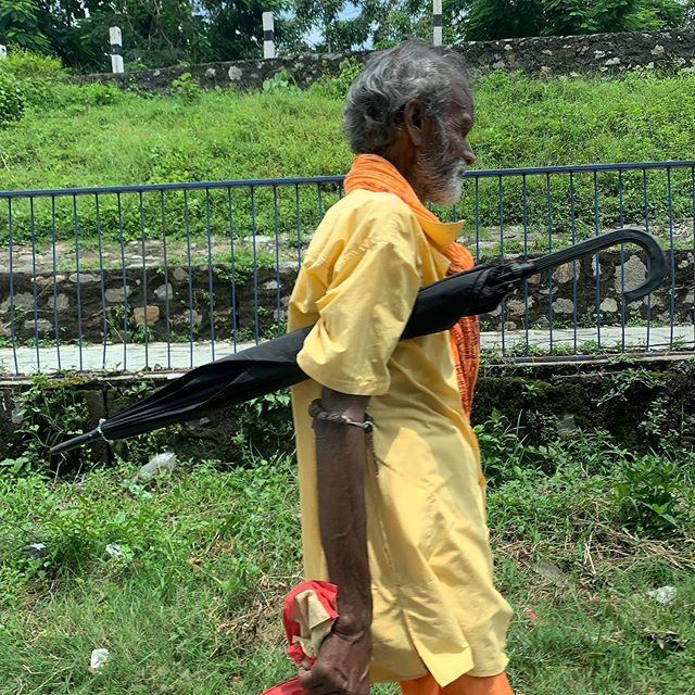 Yellow & Umbrella • • • #streetphotography #nepal #nepalindia #indiaborder #nepalborder #travelphotography #photooftheday #bestoftheday #yellow #walking #thejeremyeaton