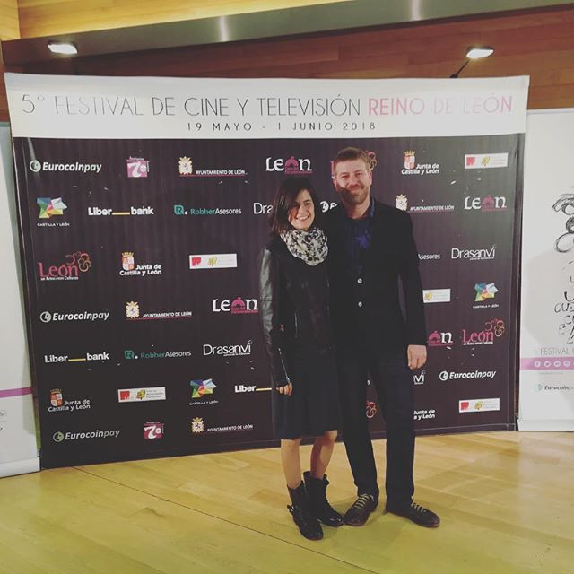 Ayer recogiendo el premio del jurado a mejor largometraje del @festivalcineleon . La #CasaDePapel se ha llevado el de mejor serie. ¡Gracias! 💜 #NosotrosFilm