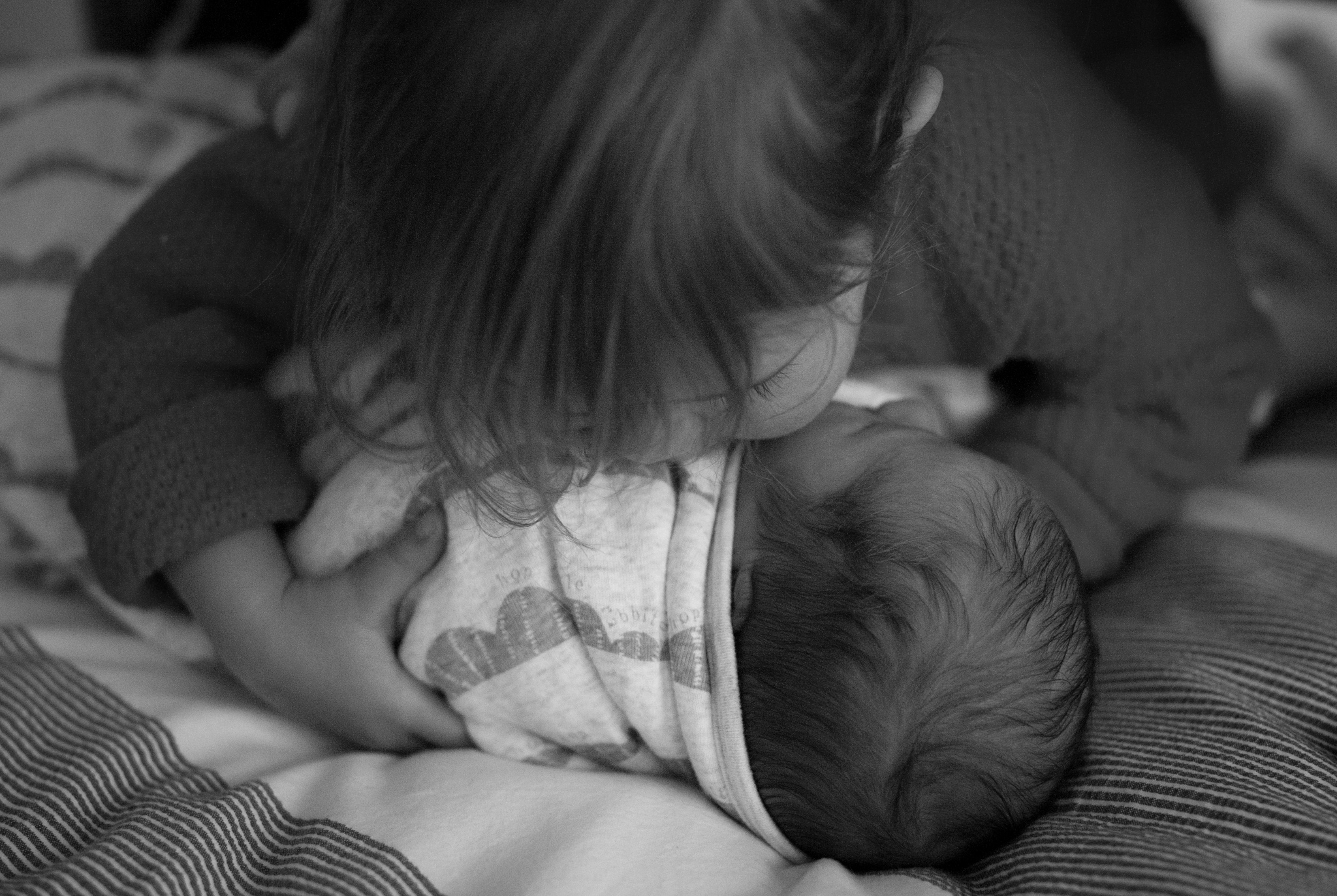 newborn baby kisses with big sister central coast nsw