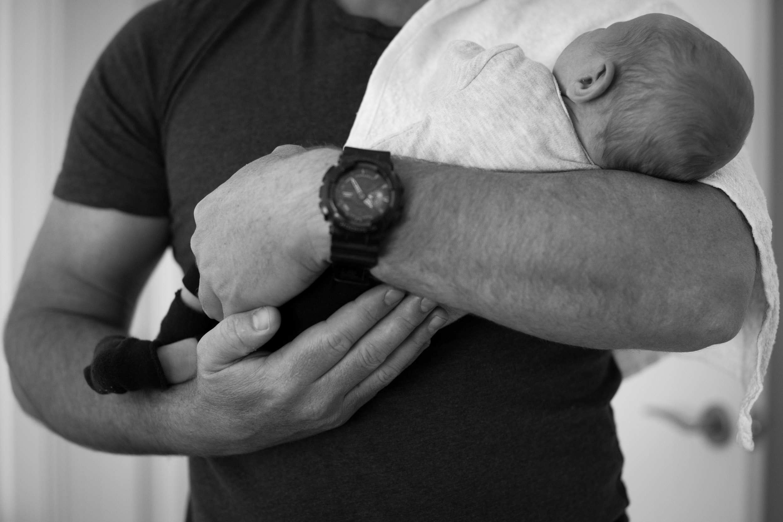 newborn baby cuddles with daddy the entrance nsw