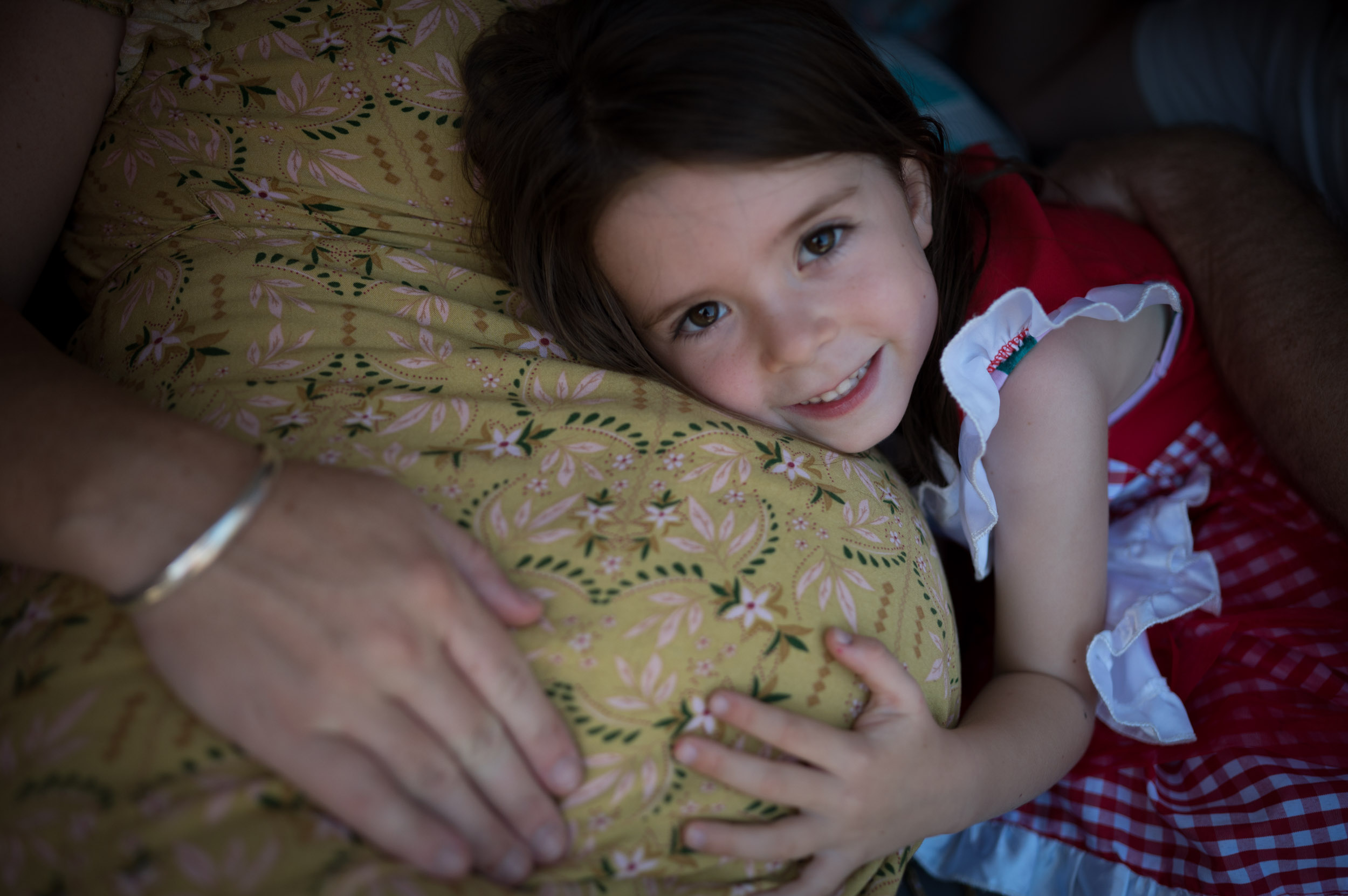 big sister cuddling her mummies pregnant tummy maternity photography central coast