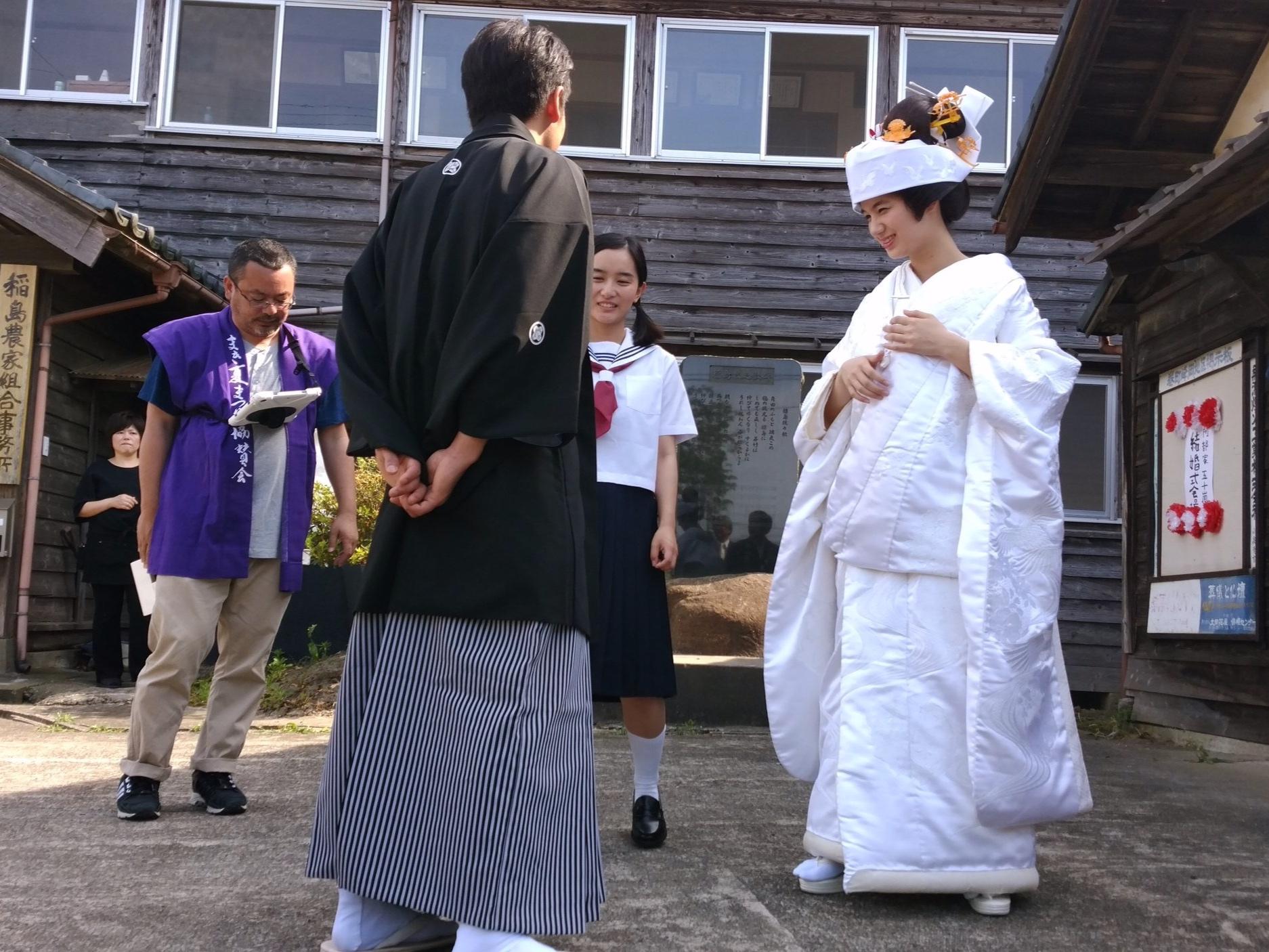 結婚式の撮影では地元の方々がエキストラ出演  Extras from Nishikan locals for the wedding scene.