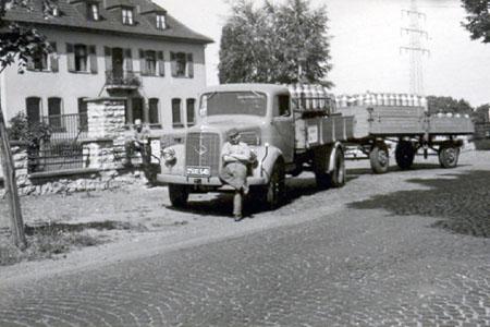 Wilhelm Monjean mit dem Mercedes 311 beim Milchtransport