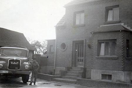 Wilhelm Monjean mit seinem MAN Kipper vor dem elterlichen Haus