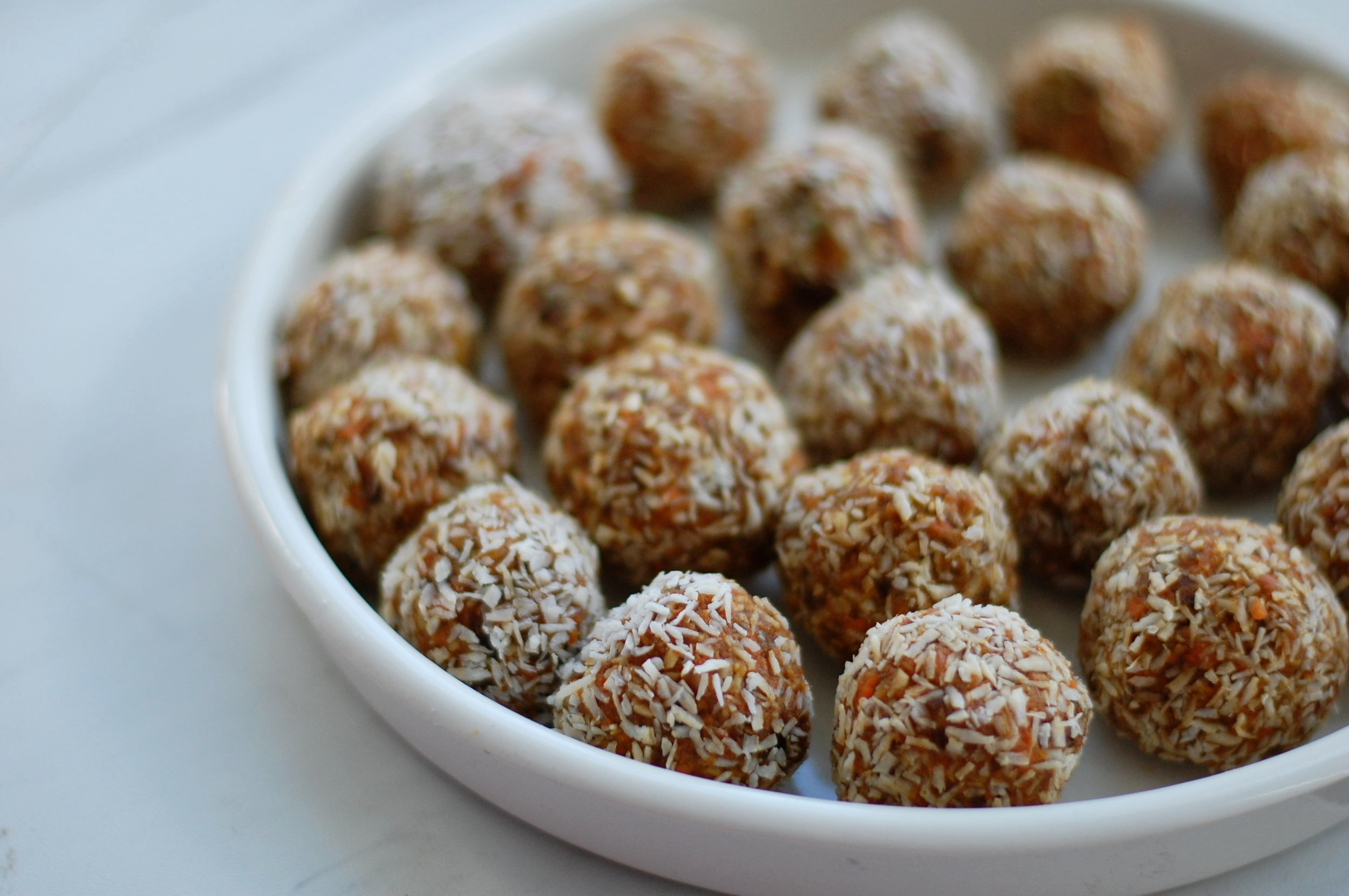 Carrot Cake Bliss Balls - Craving a good ol' slice of carrot cake but would rather skip out on the belly roll? Look no further, these Carrot Cake Bliss Balls from @AnaGoesFitpack a ton of flavor but without all the unnecessary sugar and not-so-go-for-you ingredients.