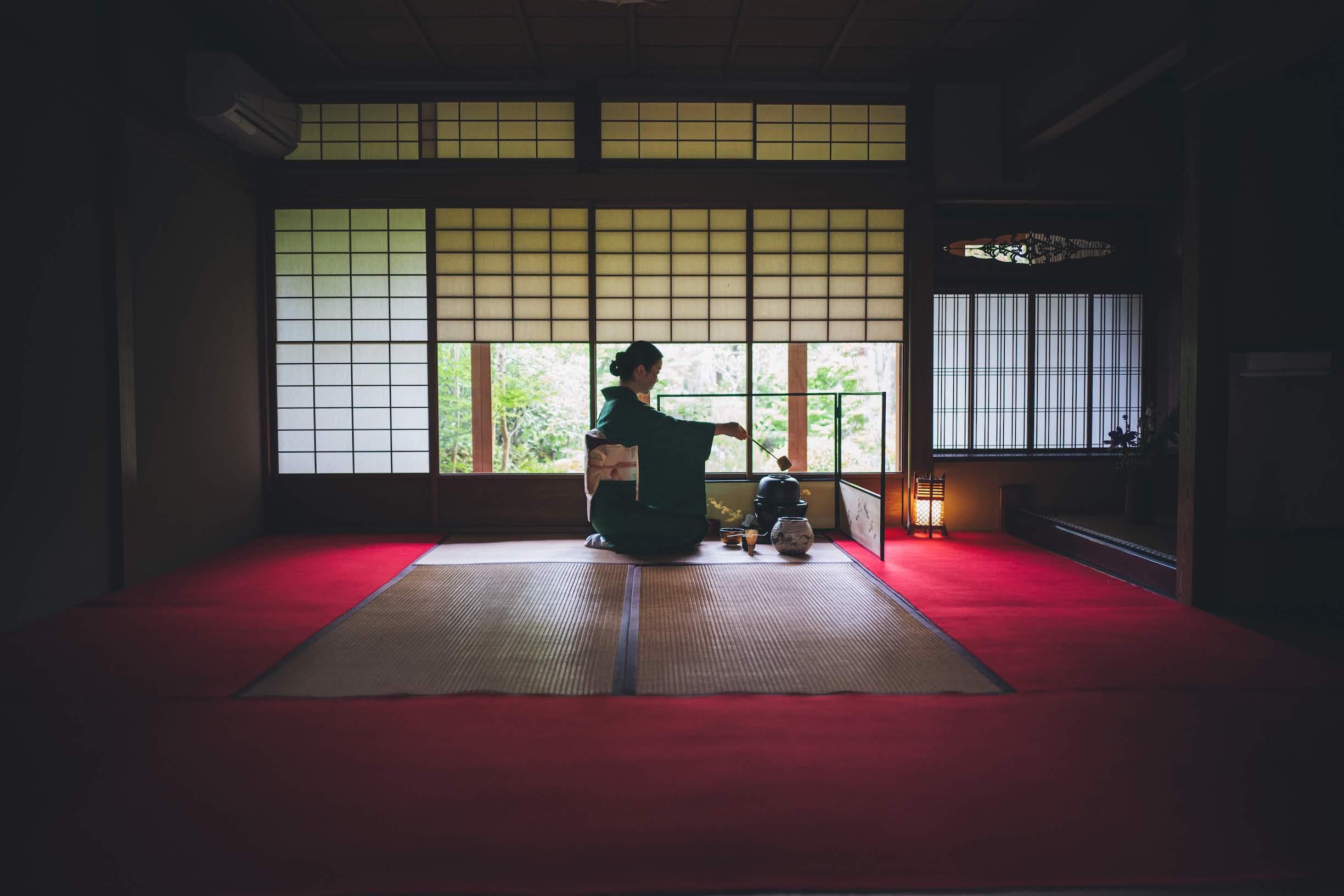 Watch an authentic tea ceremony performance in Camellia GARDEN'S beautiful tearoom.