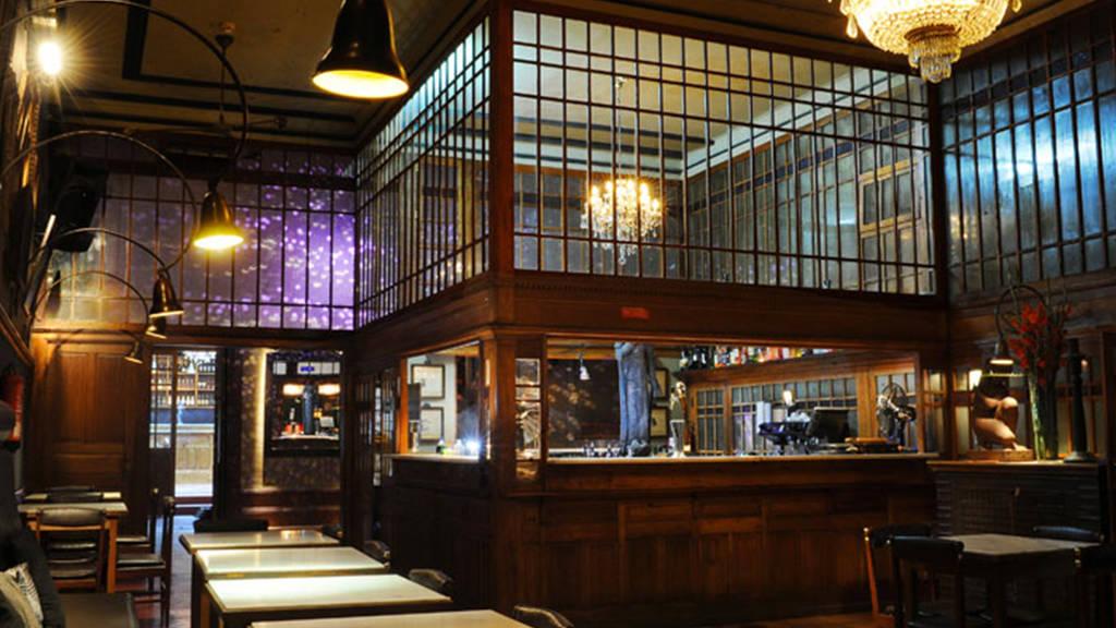 Bar & Nightclub Café Lusitano   Opening hours:Wed-Thu 9.30pm-2am, Fri-Sat 10pm-4am  Address:Rua José Falcão, 137  Website:  http://www.cafelusitano.com/index_eng.php   Facebook:  https://www.facebook.com/cafelusitanoporto/