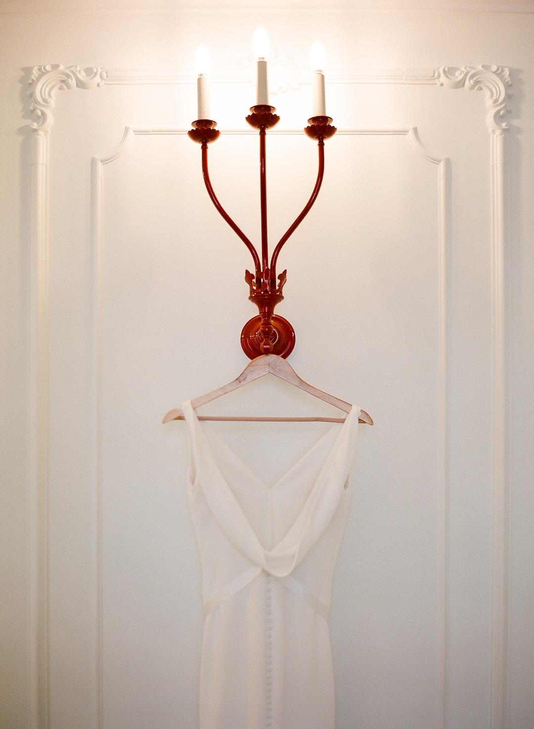 Simple wedding dress for Pittsburgh wedding at Hotel Monaco planned by Exhale Events. Find more modern wedding ideas at exhale-events.com!