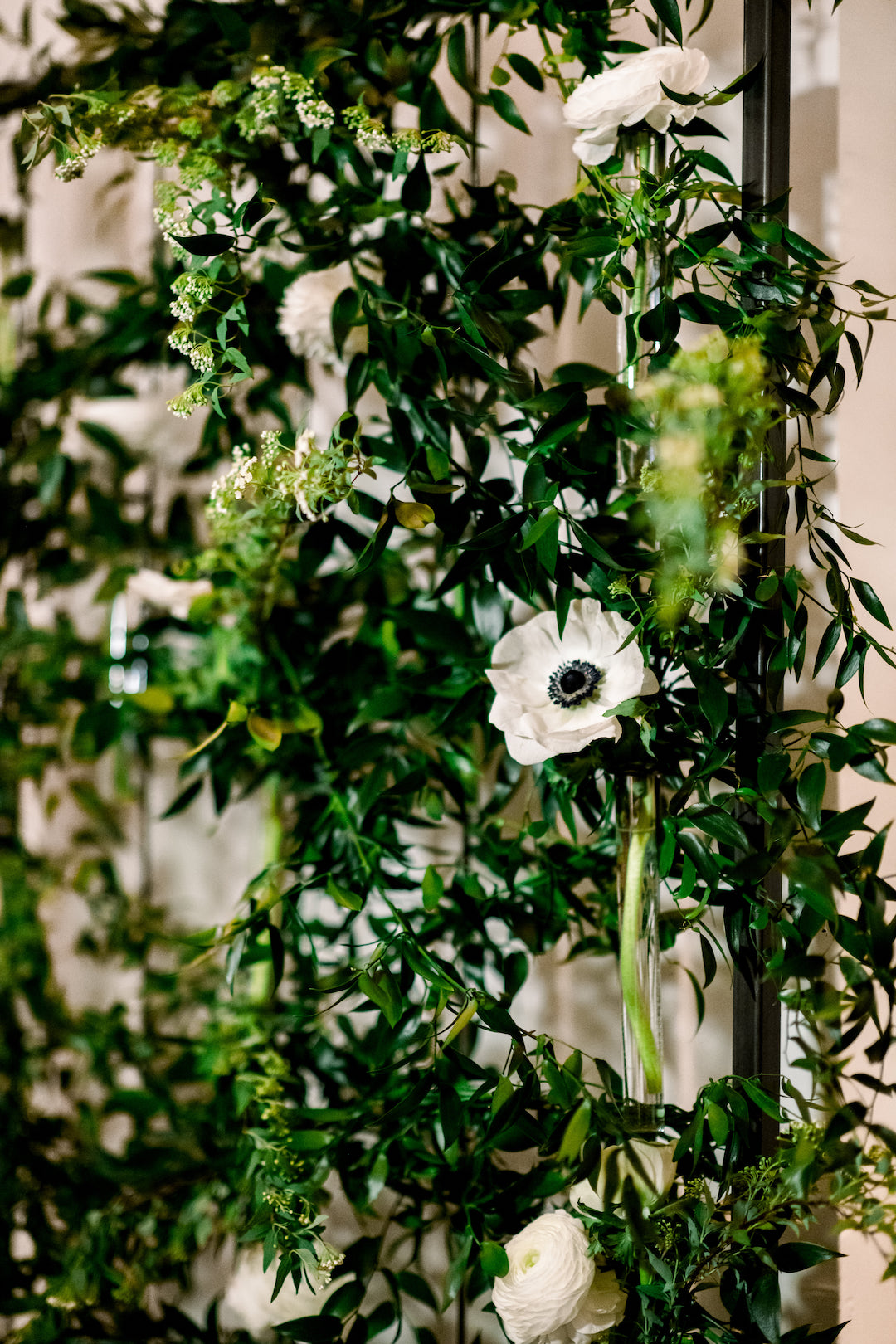Wedding floral designs for Pittsburgh wedding at Hotel Monaco planned by Exhale Events. Find more modern wedding ideas at exhale-events.com!