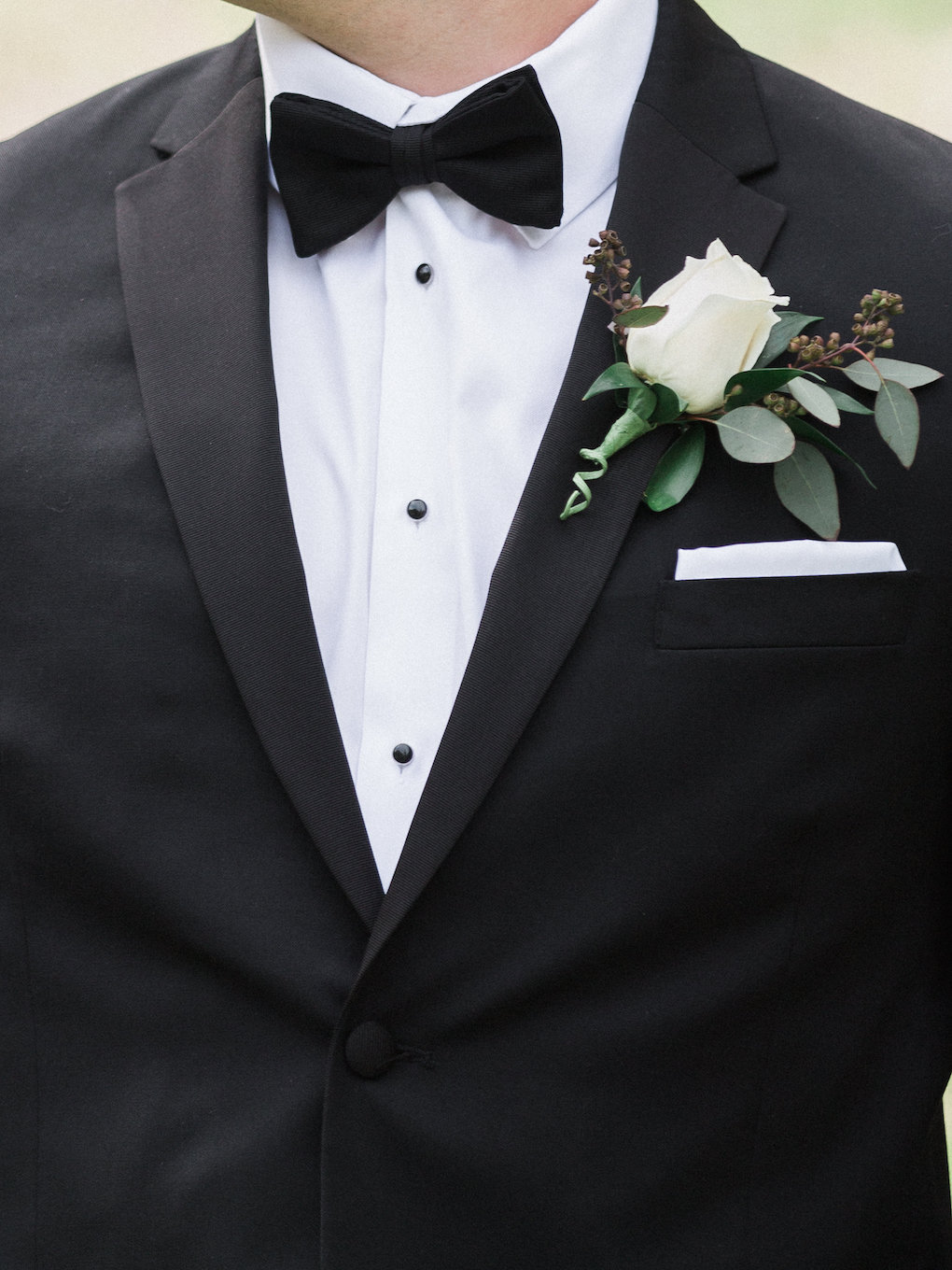 White wedding boutonniere for chic wedding in Buffalo, NY planned by Exhale Events. Find more timeless wedding inspiration at exhale-events.com!