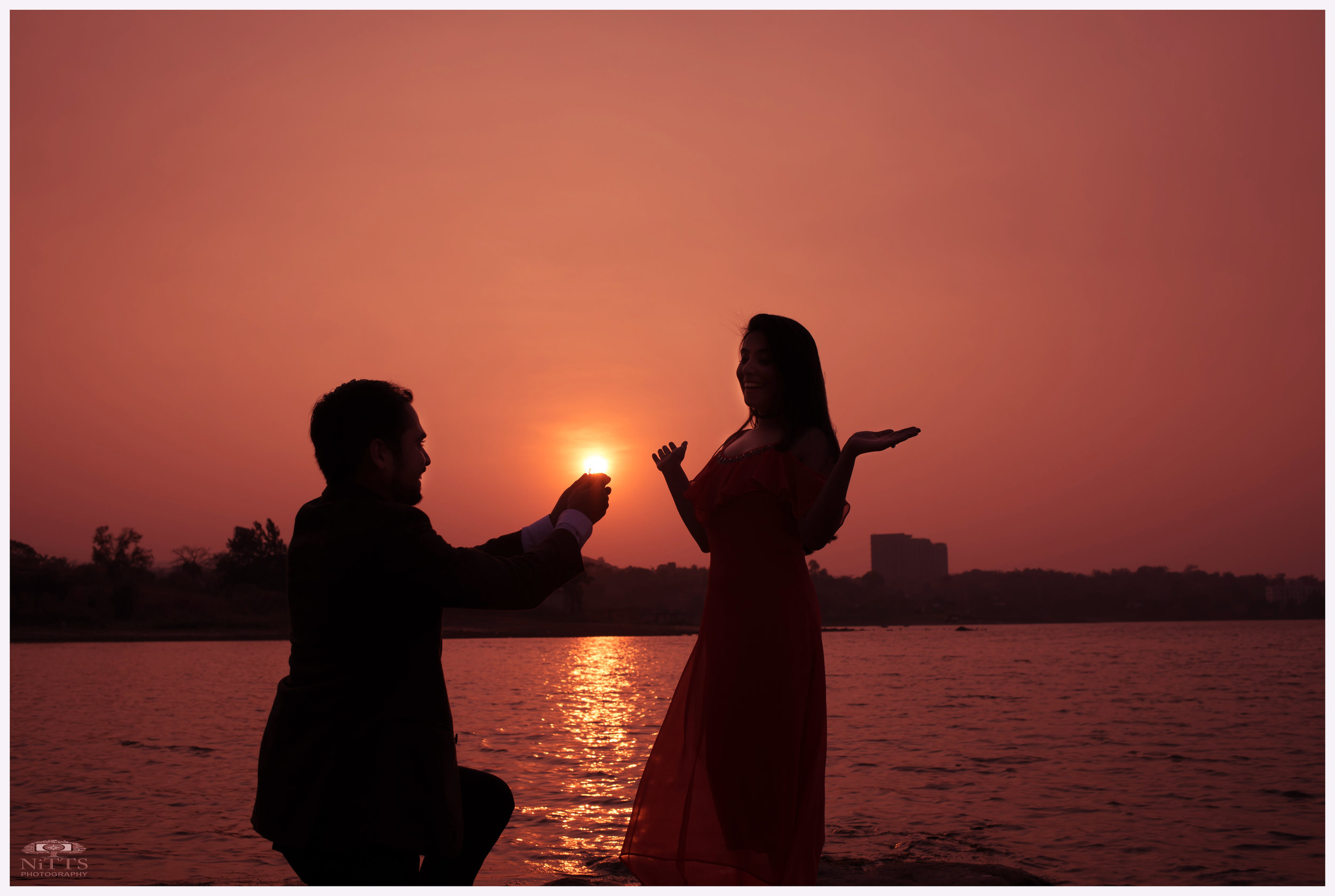 Dramatic silhouettes_Sunset_Proposal_pre-wedding_portrait.jpg