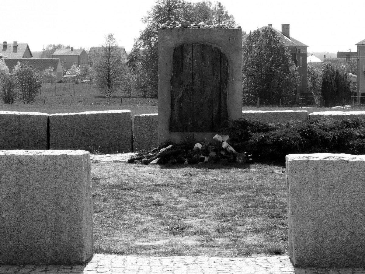 Il memoriale che ricorda il pogrom di Jedwabne, del 1941.