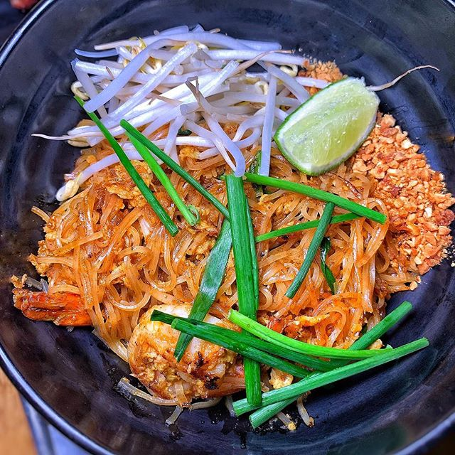 shrimp pad thai |🍜| tiger prawns, noodles, bean sprouts, chive, lime | #themiamimenu #cakethai #1800lucky
