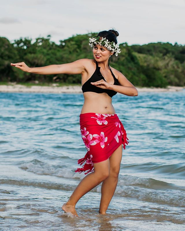 """Dance is the hidden language of the soul."" ― Martha Graham . . 📸 @rayoflightfiji 🌸 @tadra_flowers 💄 @totokahairfiji @palavi_so_niya . . . . . 🌺 #fijimodel #tadraflowers #eurasianmodel #pacificislander #islanddance #islandbeauty"