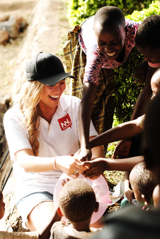 NORSK NØDHJELP: Malin, en av Norsk Nødhjelps frivillige på besøk i Samaritan Village. Foto: Norsk Nødhjelp