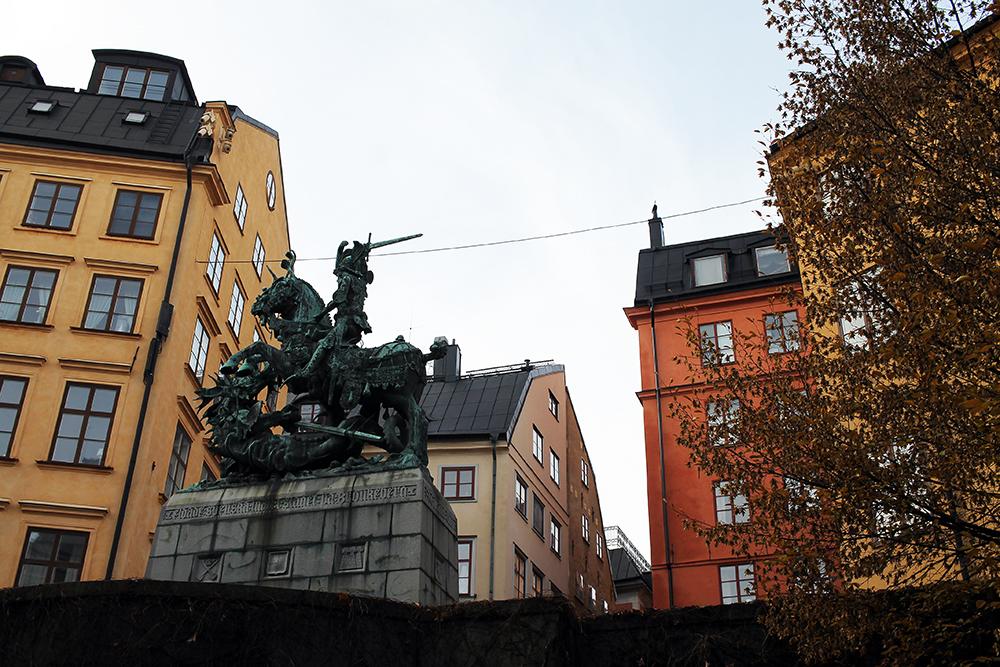 GAMLA STAN: Middelalderskulpturen av Sankt Göran og dragen ligger på Köpmantorget i Gamla Stan. Foto: Hedda Bjerén