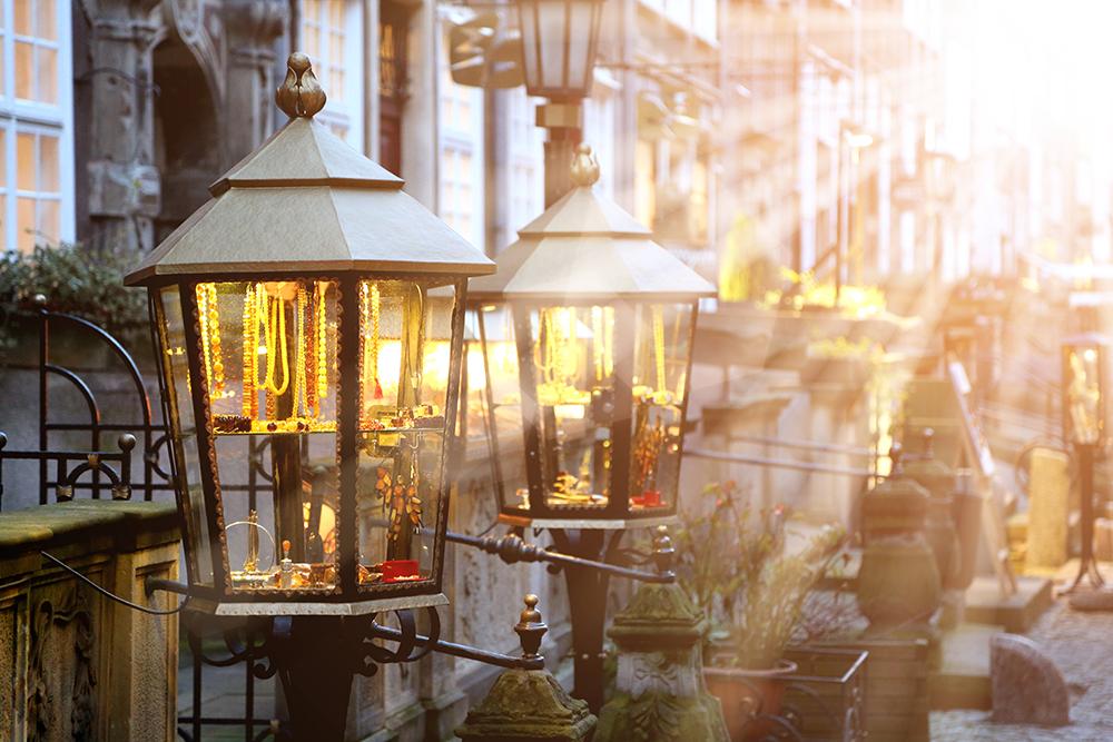 """AMBER STREET I GDANSK: I denne vakre, lille gaten kan du kjøpe det """"baltiske gullet"""" amber, eller rav som det også kalles. Foto: Polska Statens Turistbyrå"""