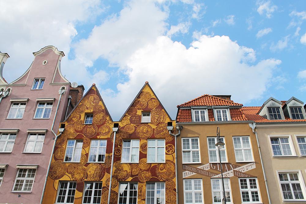 HERLIG ARKITEKTUR: Husk å ta en titt opp på fasadene når du rusler rundt i Gdansk – de er så fine! Foto: Hedda Bjerén