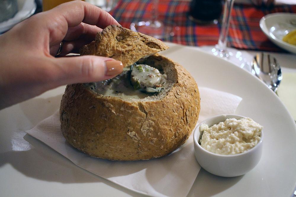 ENDELIG: Polsk suppe i brød. Nam! Foto: Tenk Koffert