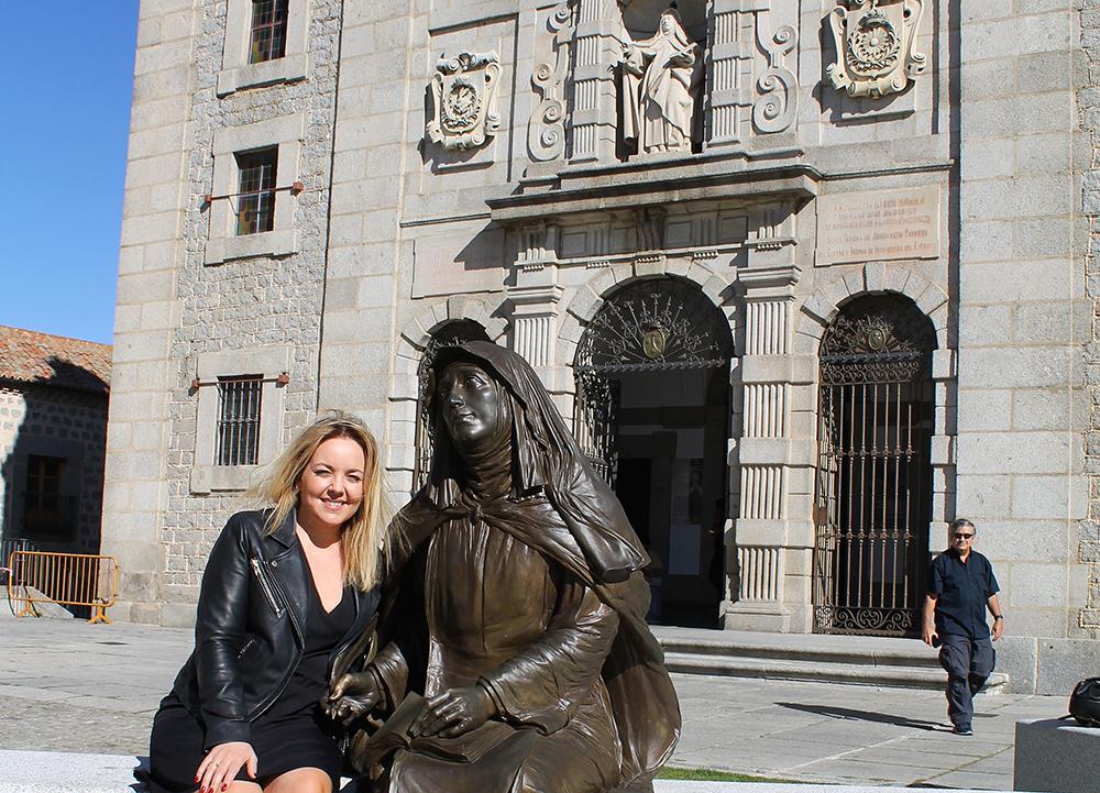 TENK KOFFERT I ÁVILA: Her sitter jeg og Den Hellige Teresa på torget, Puerta de la Santa. Her ligger kirken, Church of the Holy, og et museum hvor du kan lære om Teresa. Foto: Arne Kristian Løvik Stellander