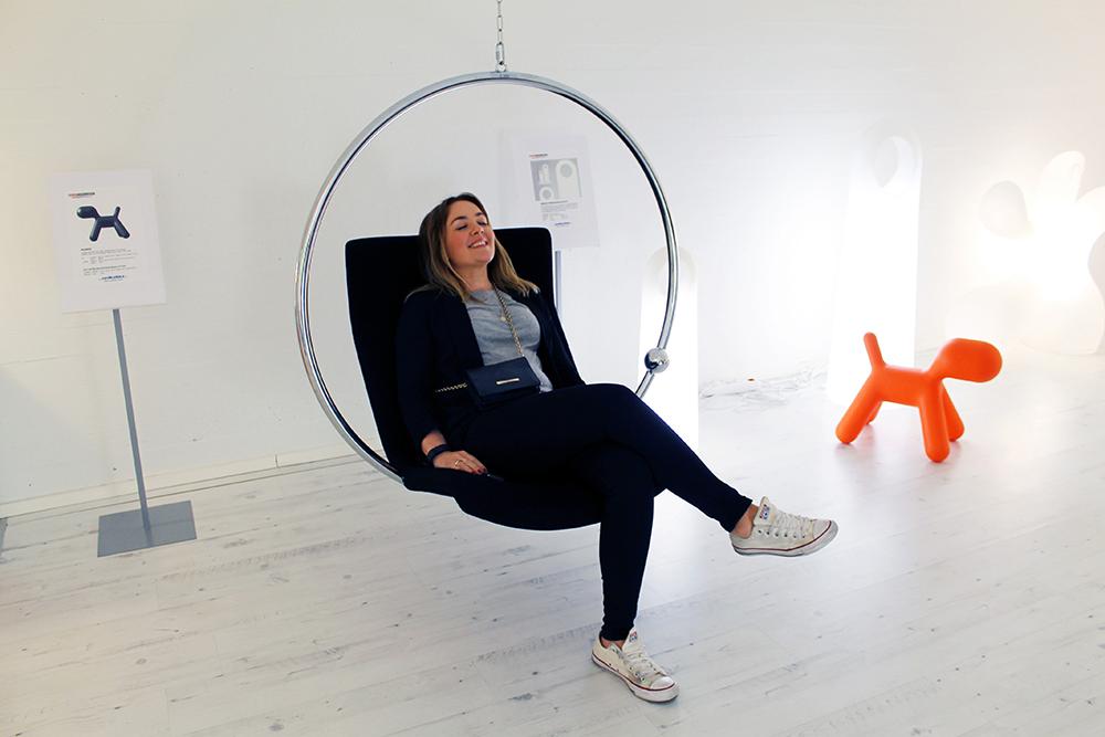 TENK KOFFERT I HELSINKI: Den kjente designstolen fra Eero Aarnio er bedre å sitte i enn du skulle tro. I interiørbutikken Artek i Eteläesplanadi 18 kan du teste den selv. Foto: Tenk Koffert
