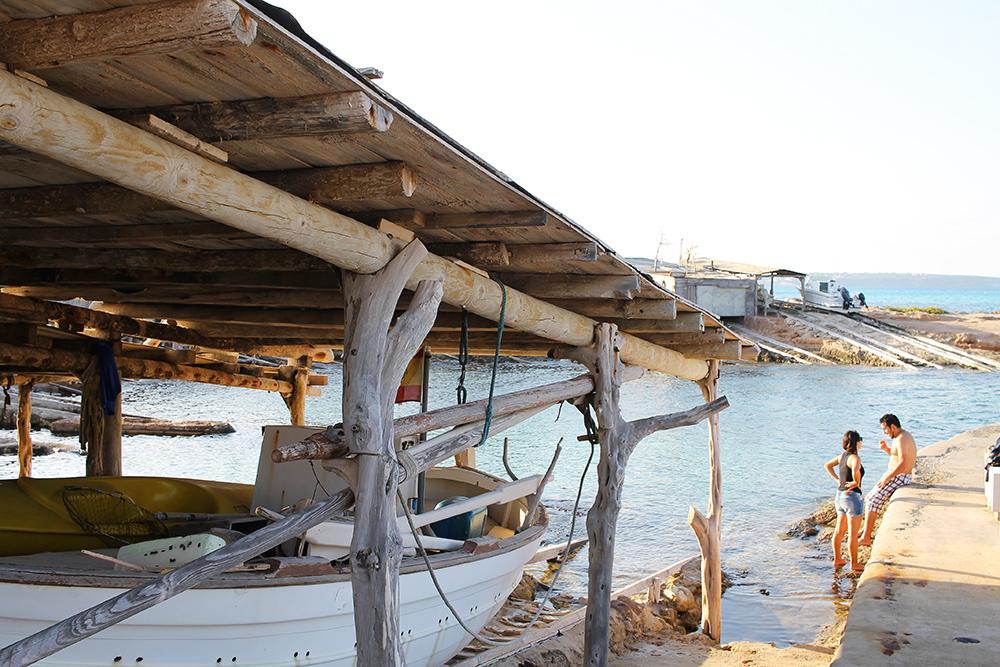 IDYLLISK: Ta en liten utflukt til den fine fiskelandsbyen Caló de Sant Agusti. Foto: Tenk Koffert