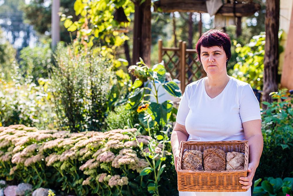 KAROLA BOBER: Karola har gjort det til sitt levebrød å lære andre å bake på tradisjonelt vis. Foto: Łukasz Stafiej/Polska Statens Turistbyrå