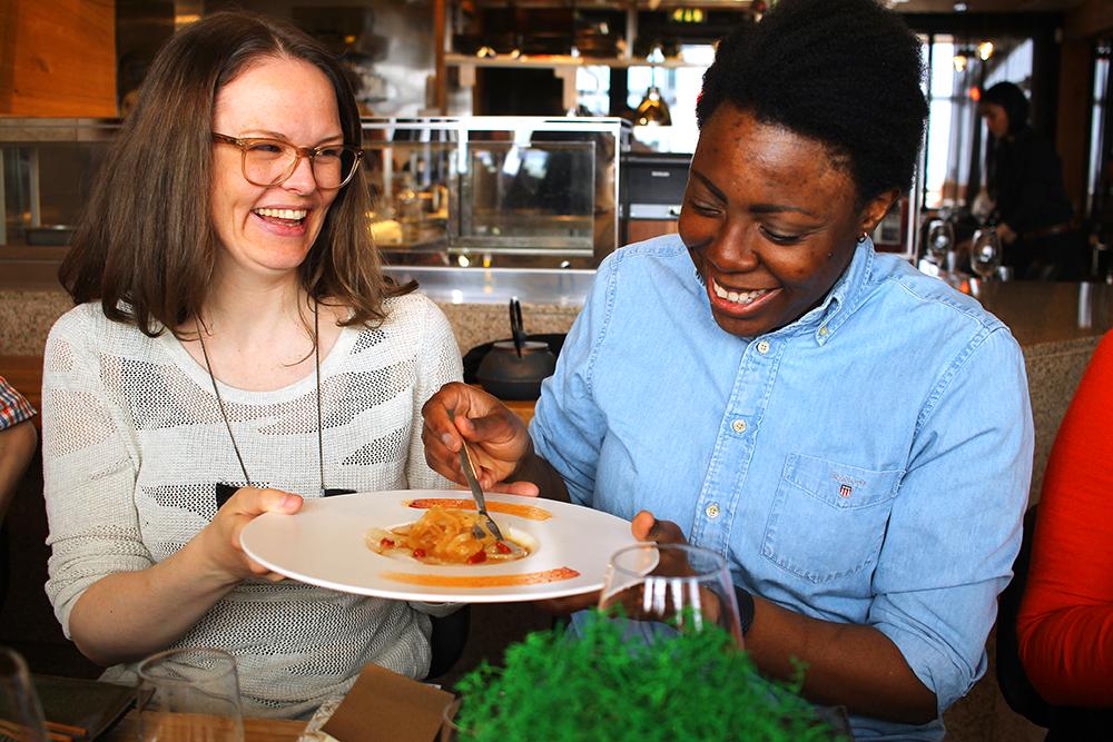 KJÆRESTEKVELD: Ingrid (33) og Nadette Narum (34) fra Oslo har barnefri for første gang siden datteren kom til verden. Mens Karla (6 mnd) koser seg med bestemor er foreldrene på sushikurs! Foto: Hedda Bjerén