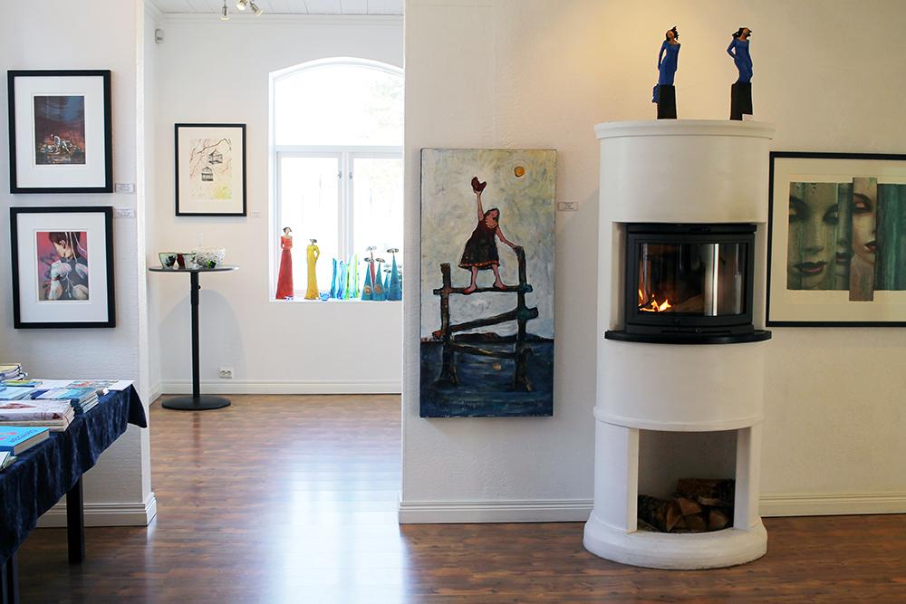 GALLERI FENKA: Det første rommet du kommer til når du entrer dørene til Galleri Fenka. Foto: Tenk Koffert