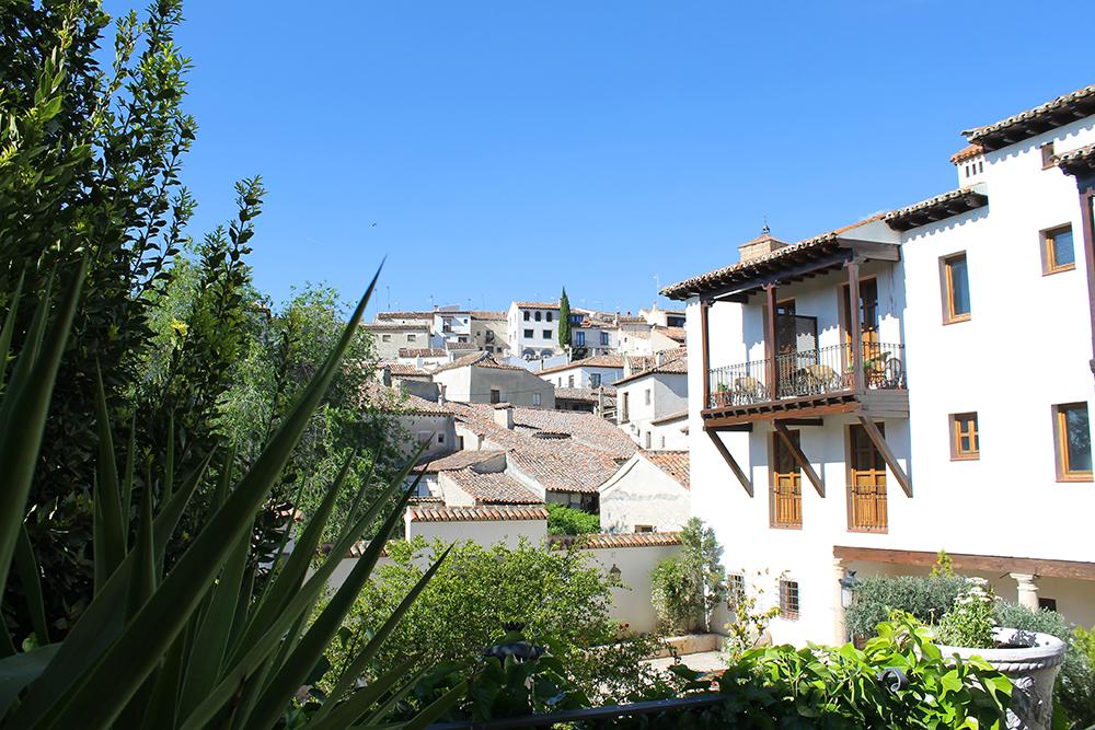 PENT OG PITTORESKT: Dette var utsikten fra hotellrommet mitt i Chinchon. Jeg bodde på et hotell som heter Hotel Condesa de Chinchon. Foto: Tenk Koffert