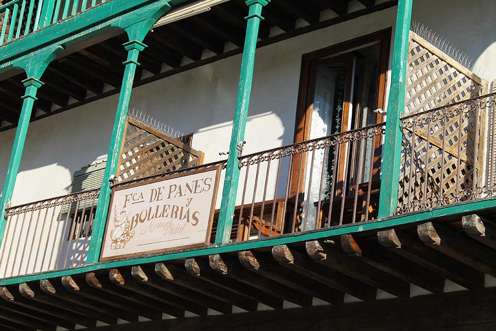 PLAZA MAYOR: Rundt byens torg har bygningene fine, karakteristiske, turkise balkonger. Foto: Tenk Koffert