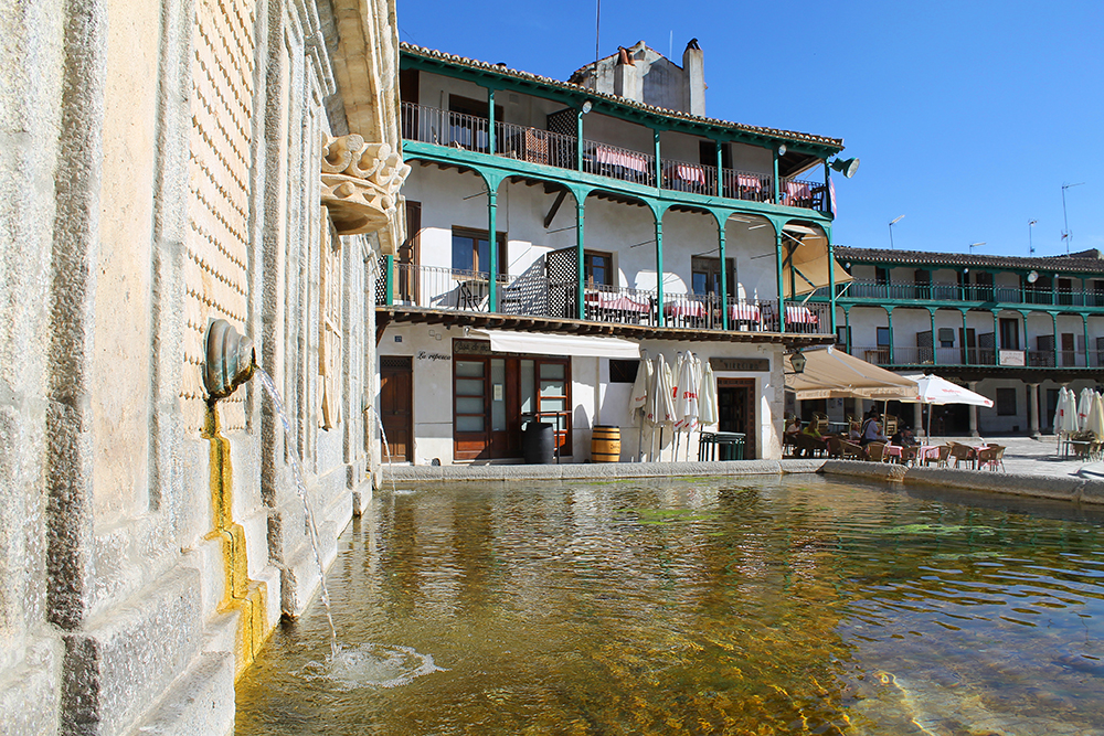 PLAZA MAYOR: Fontenen på torget. Rett ved siden av denne fontenen er det en kafé som selger både is og vin, og det midt i siestaen. Heldigvis, for det var da jeg befant meg her. Foto: Tenk Koffert