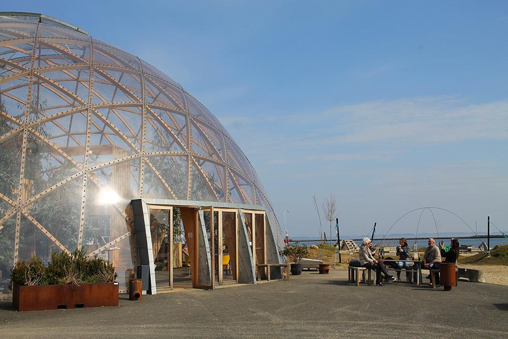 DOME OF VISIONS: Kuppelen er helt gjennomsiktig, og har sitteplasser både ute og inne. Foto: Tenk Koffert