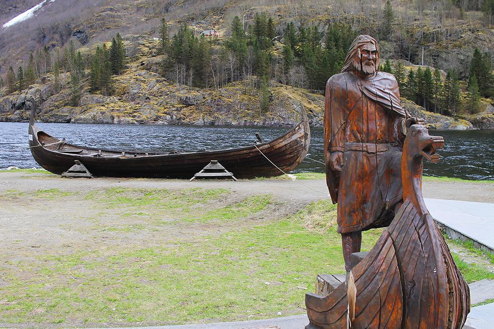 GUDVANGEN: Ingen tvil om at det i Gudvangen handler om vikingene. Dette var det første som møtte meg da jeg gikk i land. Foto: Reisebloggen Tenk Koffert