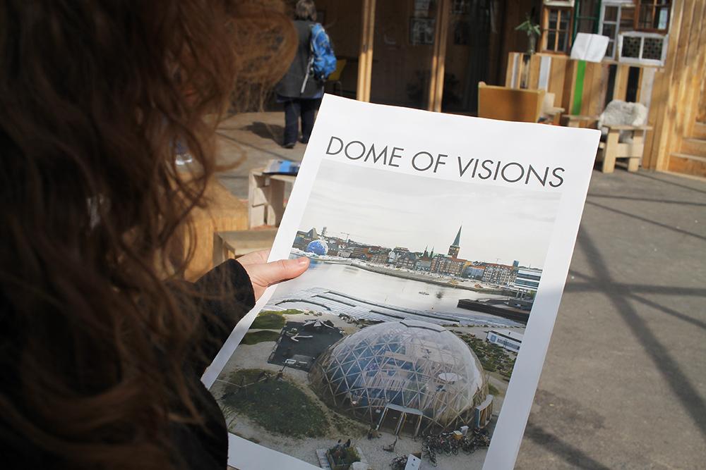 LESESTOFF: Ta med deg Dome of Visions lille gratisavis, der står alt du trenger å vite om dette kulturprosjektet. Foto: Tenk Koffert