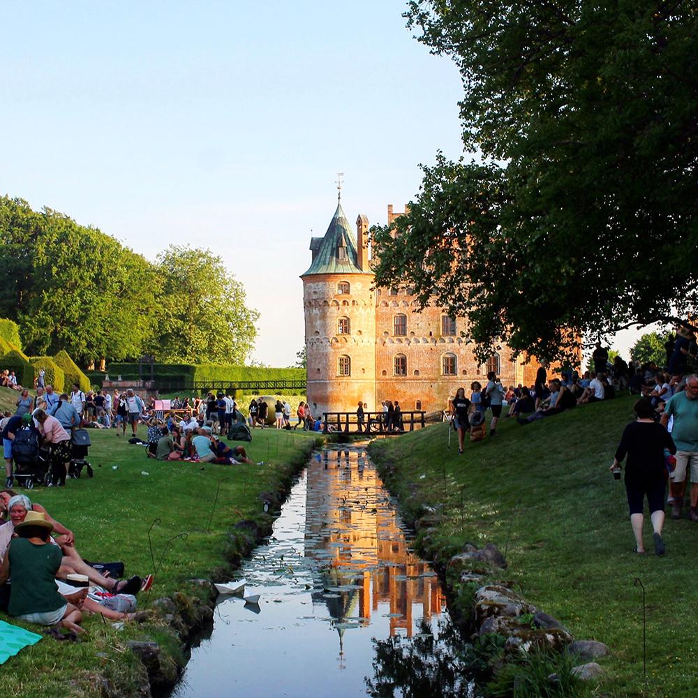 HEARTLAND: Festivalen ligger i en del av hagen til vakre Egeskov slott. Foto: Tenk Koffert