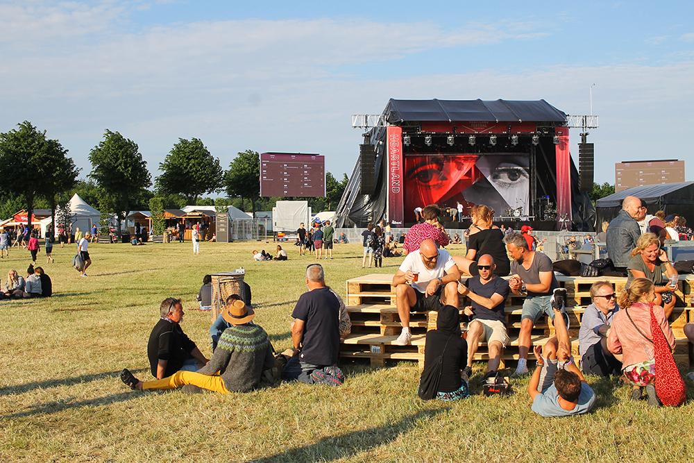 HEARTLAND FESTIVAL: Bak i bildet kan festivalens hovedscene ses. Foto: Tenk Koffert