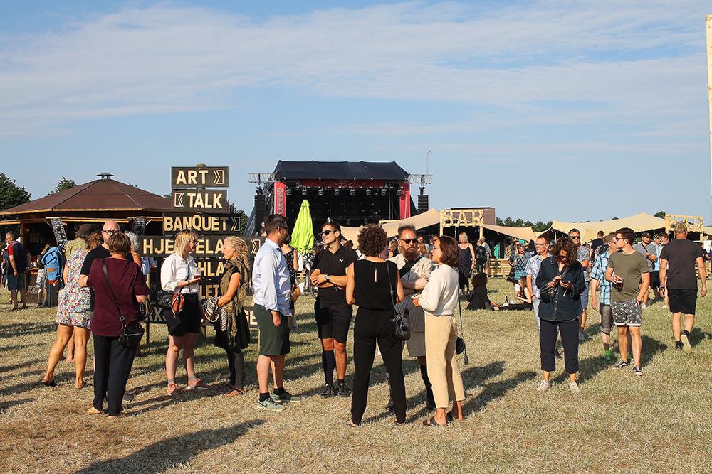 STORT OMRÅDET: Festivalområdet er stort, men det er satt opp skilt, dermed klarer man fort å orientere seg. Foto: Tenk Koffert