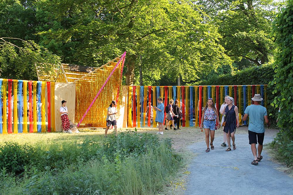 HJERTELAND: Inngangen til barneområdet besår av masse glittertråder som du må bale deg forbi. Gøy! Foto: Tenk Koffert