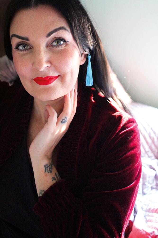GLAMOURØSE ØREPROPPER: Det er min kusine, Tonje, fra  Miss Rockabully  som har stilt opp som modell for å vise fram disse vakre øreproppene. Foto: Tenk Koffert