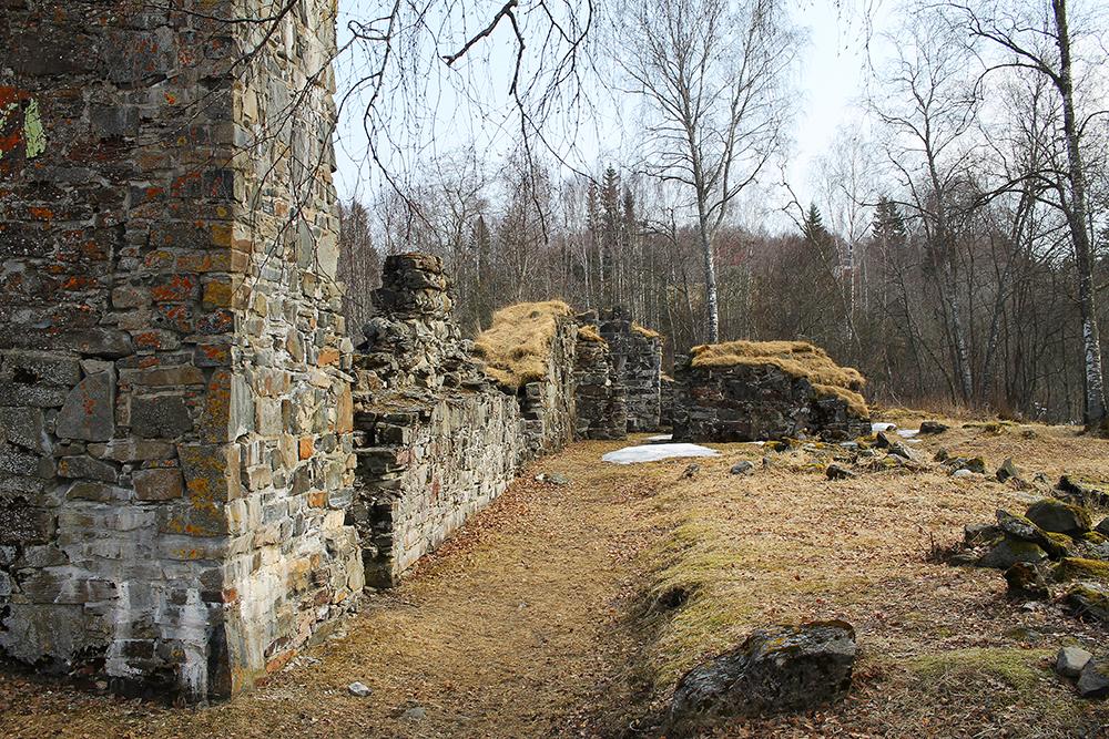 MUNKEBY KLOSTER: Bare ruiner er igjen av det opprinnelige cistercienserklosteret fra år 1100-tallet. Det er verdt å gå og ta en titt på ruinene, du finner dem rett nedenfor Munkeby herberge. Foto: Tenk Koffert