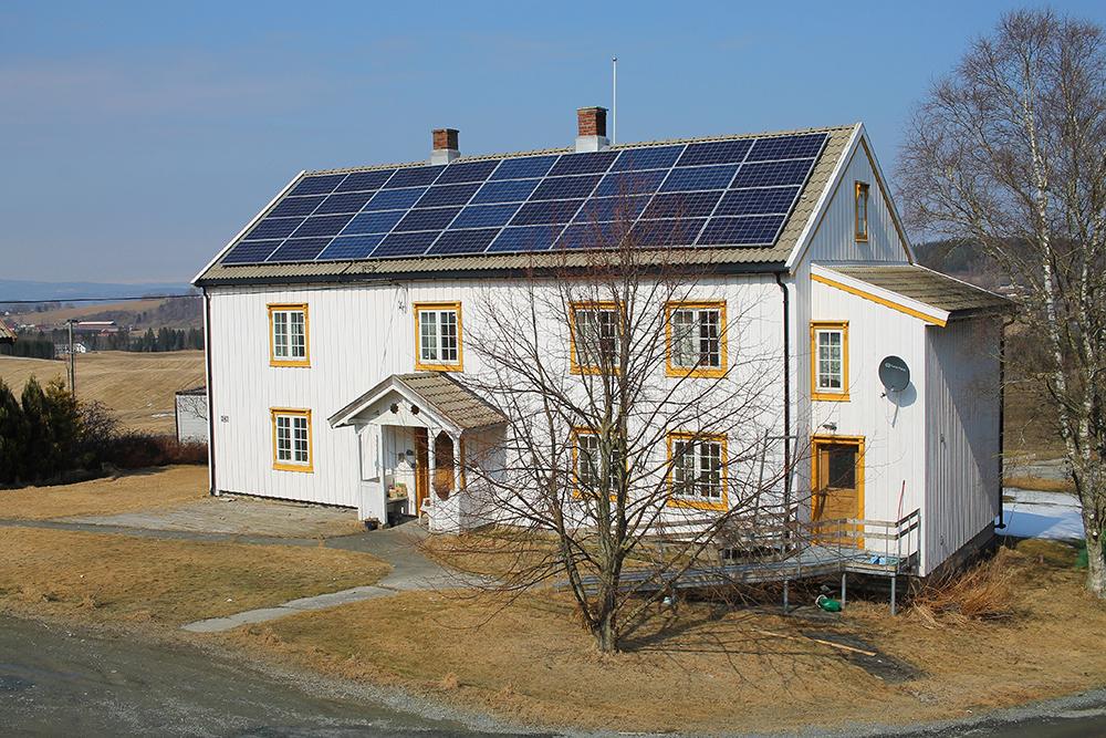 LÅNA: Den gamle trønderlåna er fra 1823. Her bodde faren til Håkon så lenge han levde. Huset Håkon og Sissel bor i ligger rett ved siden av, og er et rødt hus fra 80-tallet. Foto: Tenk Koffert