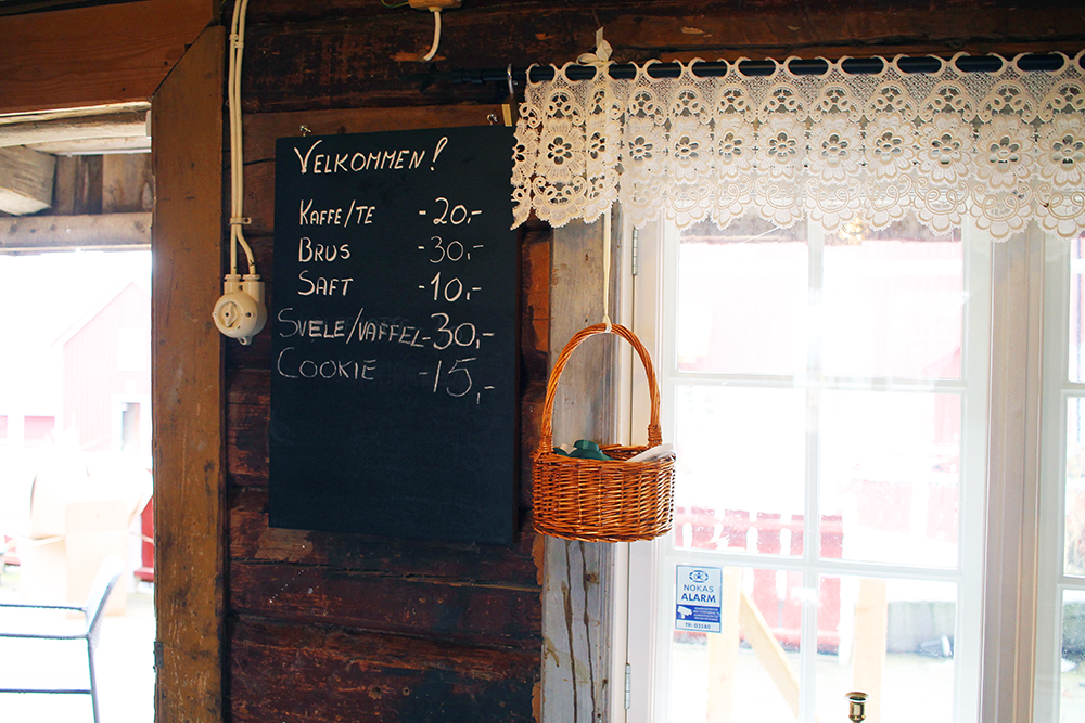 KAFEEN: Kafeen på Munkeby er åpent på sommeren. Foto: Tenk Koffert