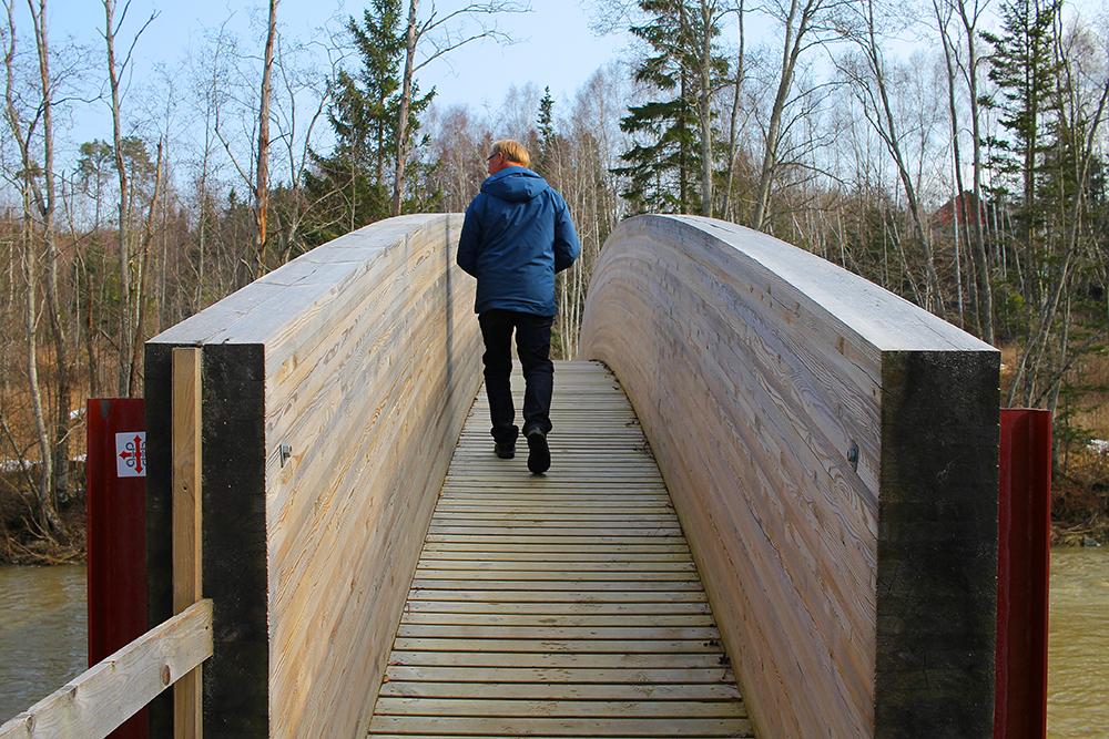 VARIERT LANDSKAP: Rett nedenfor Munkeby Herberge ligger St. Olavsleden. Denne fine brua er et av de siste tilskuddene på ruta. Foto: Tenk Koffert