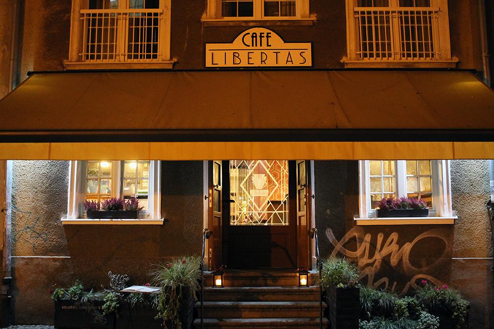 CAFE LIBERTAS: Denne søte kafeen tilbyr supergode kaker med deilig retromusikk til. Foto: Tenk Koffert
