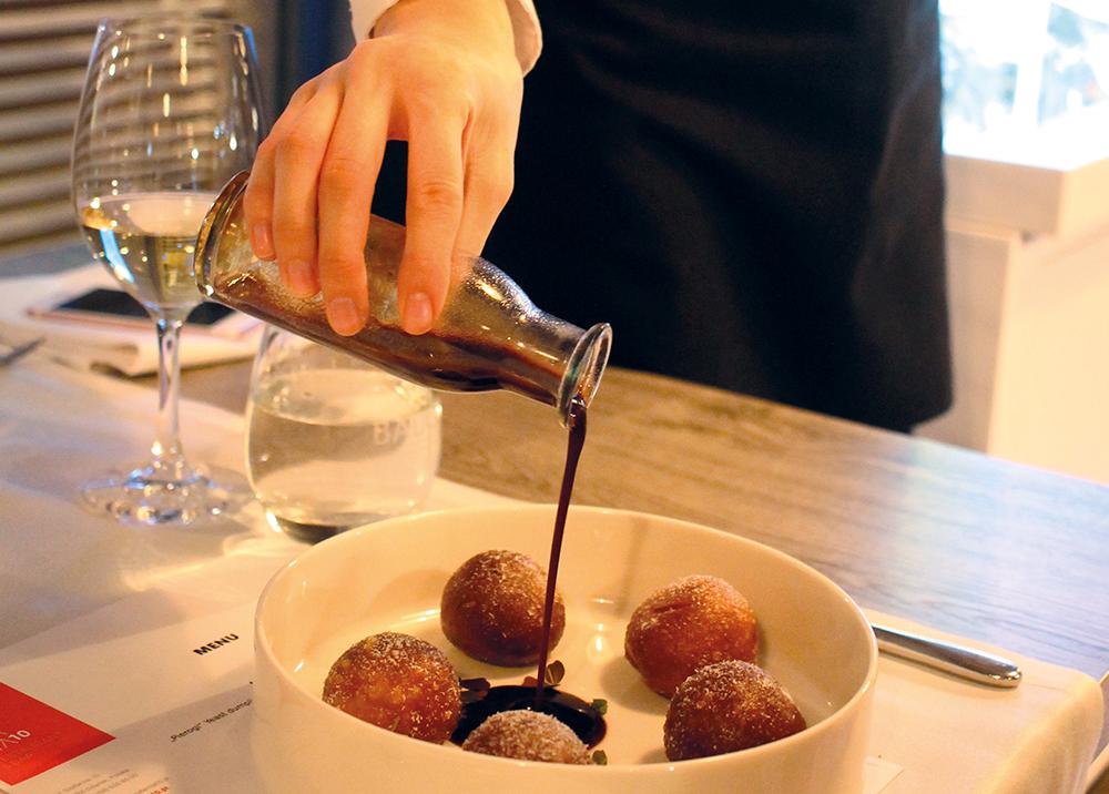 SZAFARNIA 10: Gåsedumplings med chevre. Sausen helles på av servitøren ved servering. Disse var kjempegode! Foto: Tenk Koffert