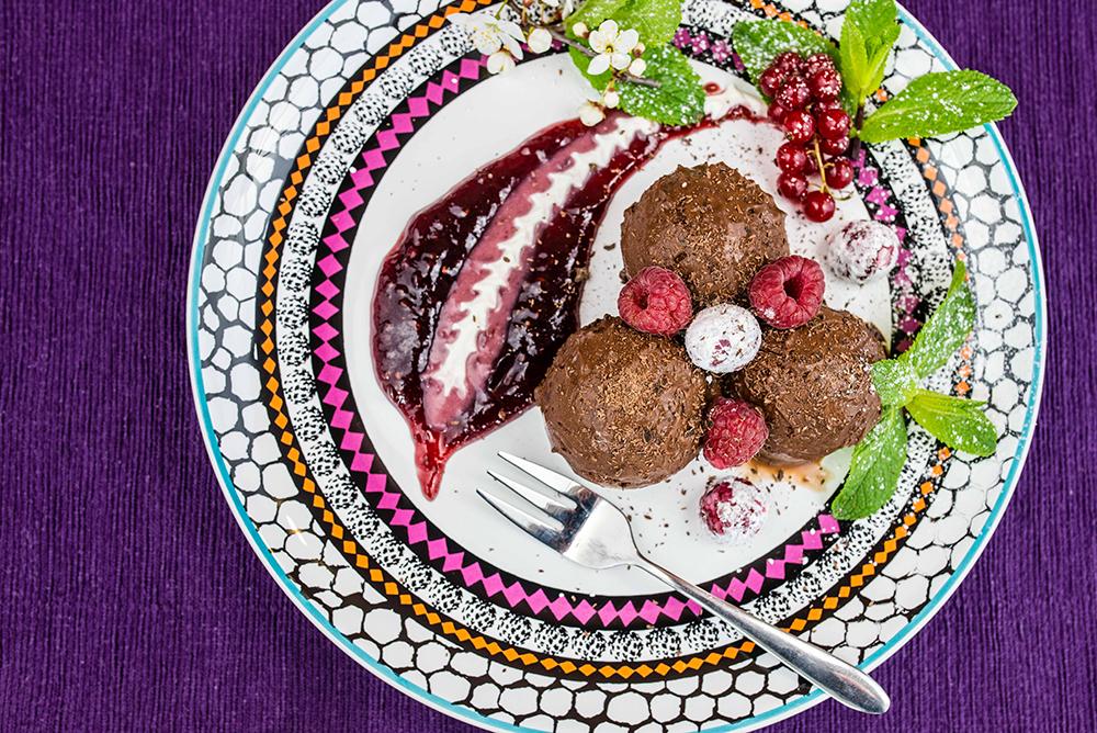 DESSERT: Sjokolademouss med bringebærsaus. Foto: Tomas Sagan