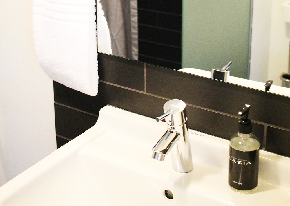 BADET: Badet var lite, men pent med toalett, dusj og servant, myke håndklær, såpe og dusjartikler. Foto: Tenk Koffert